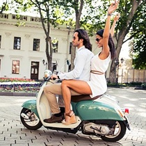 Noleggiare auto e scooter